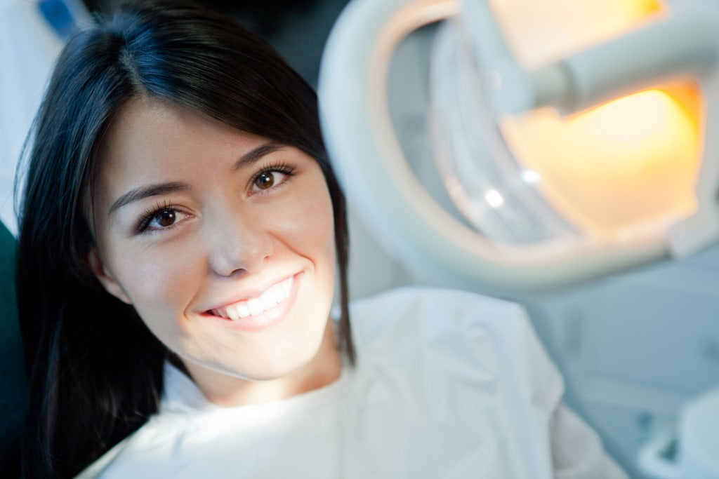 Отбеливаем зубы с помощью современного оборудования
